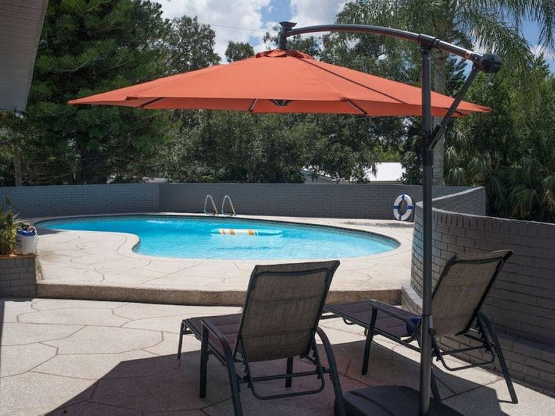 'Sunset Oasis' pool home, king bed, pet friendly, holiday rental in Temple Terrace