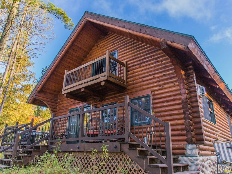 Beautiful 4 bedroom 3 bath Log Cabin with Sand Beach Access, holiday rental in Cook
