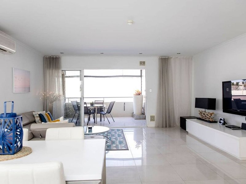 Stylish Executive Apartment With Balcony, vacation rental in North Perth