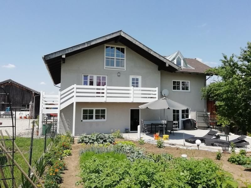 Moderne Dachgeschosswohnung Starz mit WLAN, Garten, Balkon und Terrasse; Parkplä, alquiler vacacional en Waging am See
