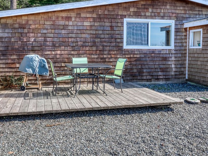 Cozy, dog-friendly studio with partial ocean views and enclosed yard!, aluguéis de temporada em Gold Beach