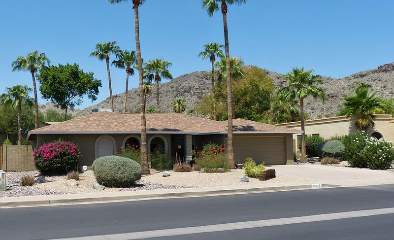 Your base for hiking and biking South Mountain with private pool, palms, patio., alquiler de vacaciones en Phoenix