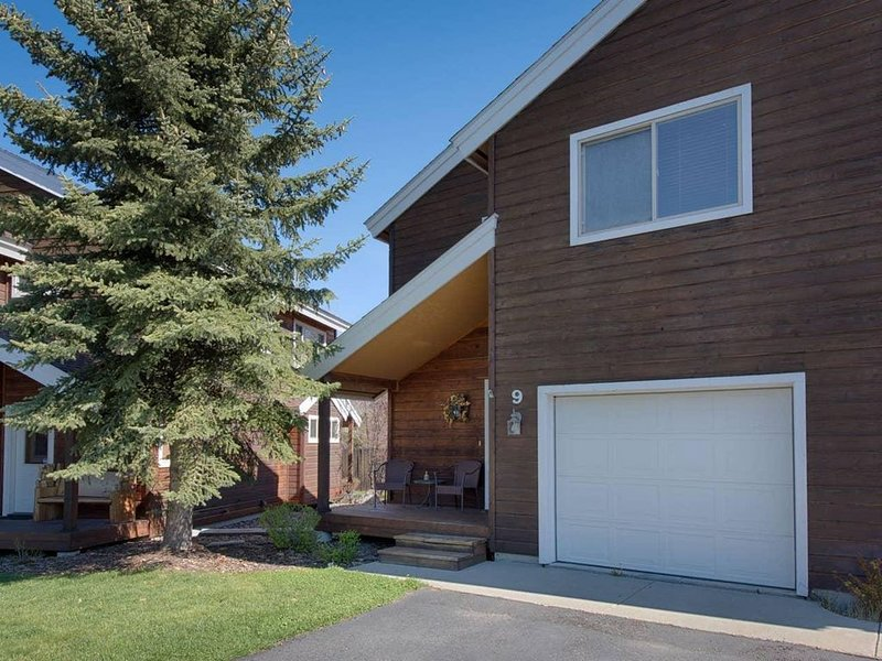 Mill Court Lakeview Townhome: Walk to Lake and Downtown, Lakeview Balcony, vacation rental in McCall