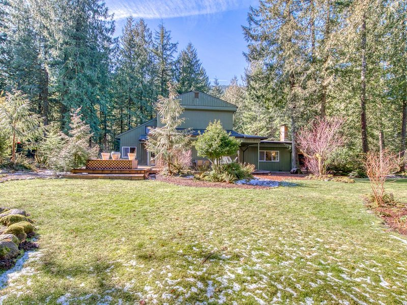 Recently remodeled home w/ large yard & lovely forest setting - dogs OK!, holiday rental in Rhododendron