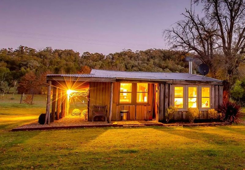 Luxurious Miners Cottage on Howqua River, holiday rental in Booroolite