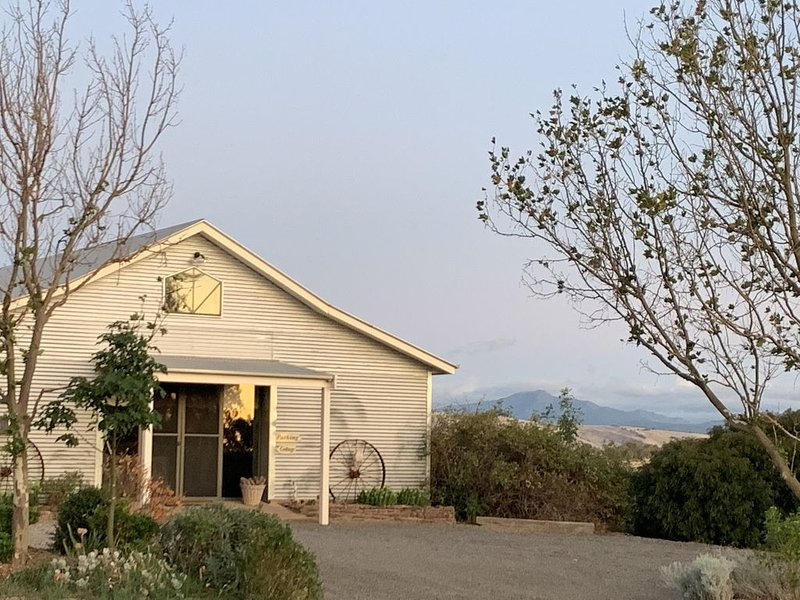 Traquair, self contained holiday cottage with beautiful views of Mt Buller.., vacation rental in Mansfield