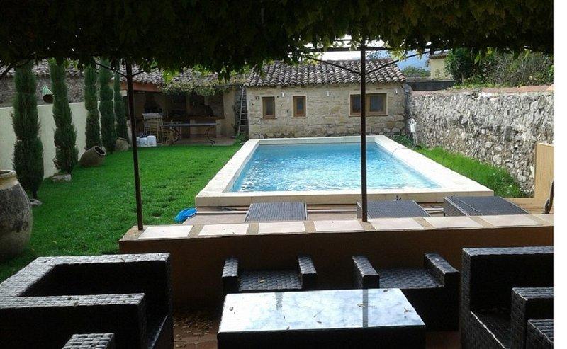 Maison de famille de 240 m² avec piscine 10 x 4 au coeur d'un village provençal, holiday rental in Pignans