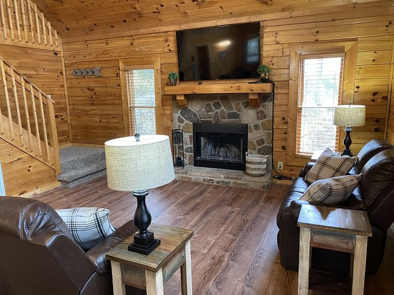 New! Bear Ridge Smart Cabin with loft and private Hot Tub, King Bed.  Sleeps 9., vacation rental in Kodak