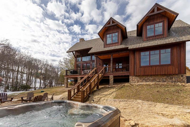 Little Cubs Cabin- 3bd/2.5ba Overlook at Eagles Nest, hot tub, fire pit, ameniti, holiday rental in Roan Mountain