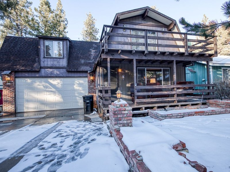Rustic Big Bear home w/ scenic decks & porch swing - close to Big Bear Lake!, alquiler de vacaciones en Big Bear City