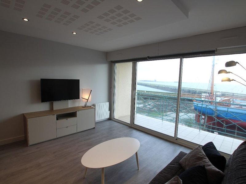 Appartement face à l'île de tatihou et au port de St Vaast la hougue, holiday rental in La Pernelle