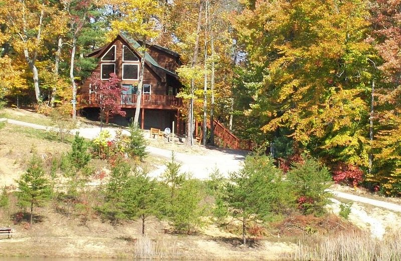 Lake Cabin in beautiful wooded setting overlooking crystal clear lake., alquiler de vacaciones en Irvine