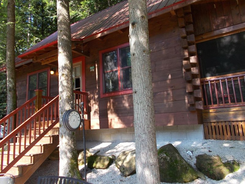 Secluded log cabin in a heavily forested area, alquiler de vacaciones en Campton
