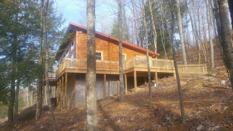 Lake Cabin with breathtaking lake view, hot tub & pool table with wi-fi., alquiler de vacaciones en Irvine