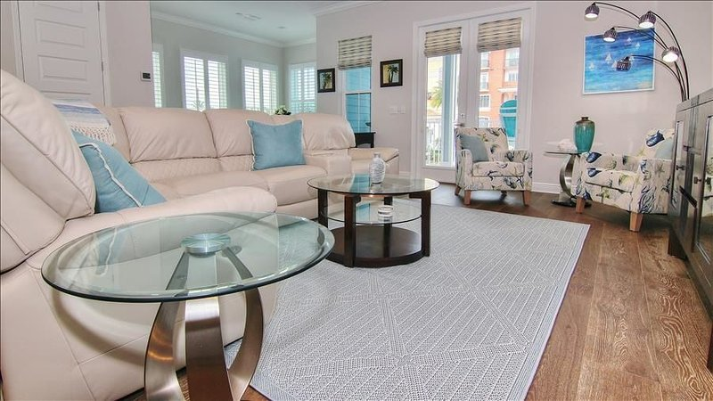 RBV307: Luxurious Townhome 60 Steps to Beach with Private Entrance, holiday rental in Redington Beach
