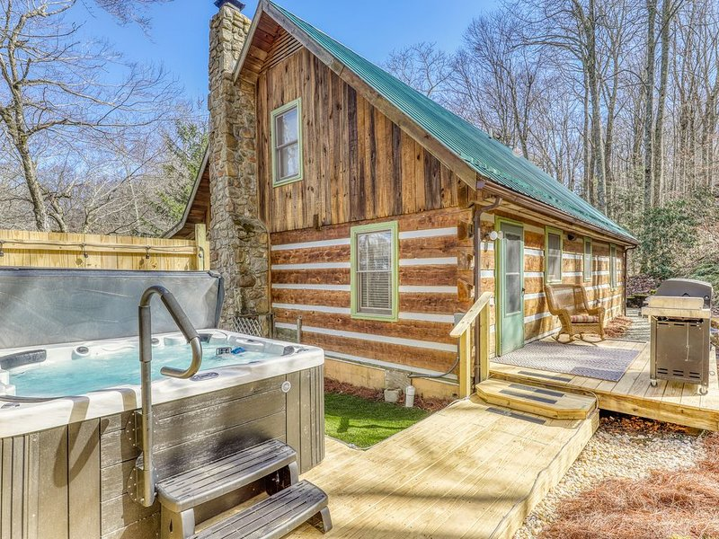Secluded cabin close to ski, golf and tennis w/ hot tub and covered balcony!, holiday rental in Sugar Mountain