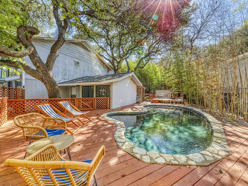 Colorful, Dog-Friendly Duplex w/Private Pool, Free WiFi, and near Downtown, holiday rental in Manchaca