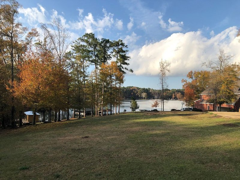 Lake House Retreat! | Near~Marina/Eateries/Grocery | Relax/Fish/Boat/Nothin, holiday rental in Milledgeville