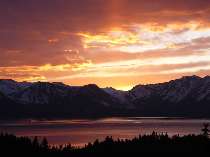 Upgraded Townhouse with Stunning Views of Lake Tahoe, holiday rental in Stateline