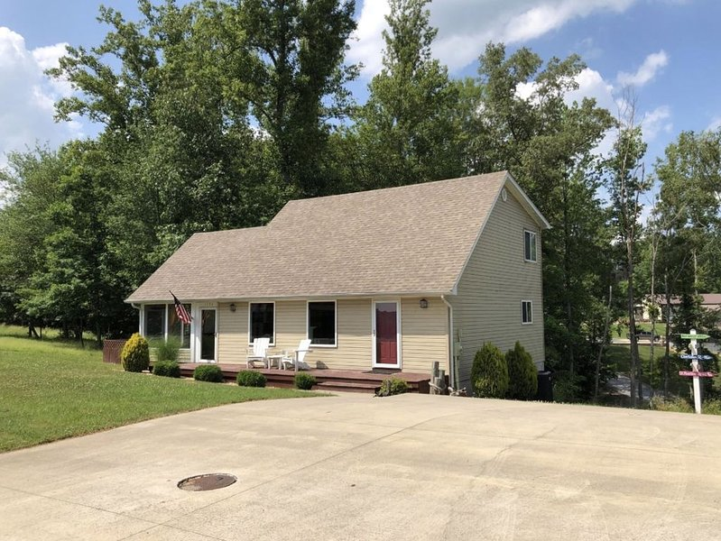Lake Time Cottage, 3 Bedroom 2 Bath, <3 Mile from Jamestown, vacation rental in Columbia