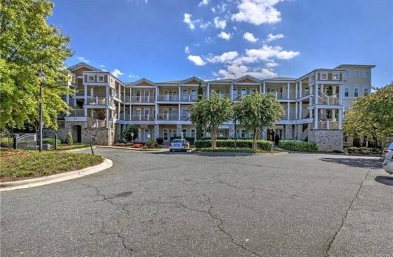 Exquisite 3 Bedroom / 2 Bath Waterfront Condo, vacation rental in Mooresville