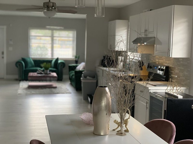 Gorgeous home 15 min from the Beach and Downtown!, vacation rental in University Park