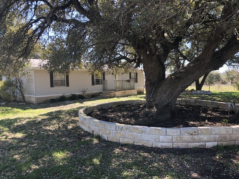 """Beautiful """"Country Chime """" ranch home. OPEN NOW , sterilized clean !!!!!, holiday rental in Harker Heights"""