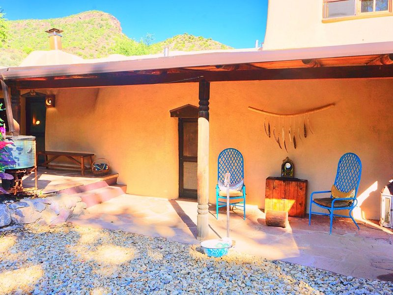 Romantic adobe, river retreat with outdoor tubs., vacation rental in Alcalde