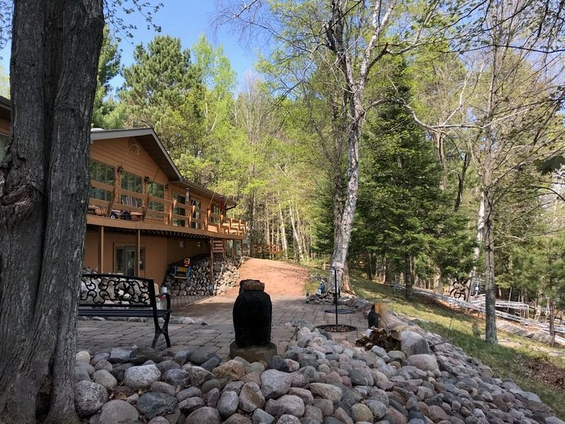 'Big Lake Lodge' Beautiful Lake Home on 28 Lake Chain with 11,500 acres of water, holiday rental in Three Lakes