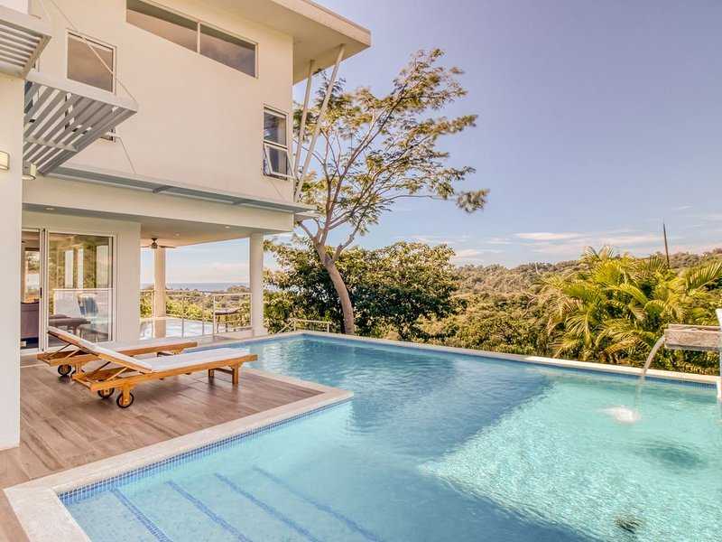 Spectacular luxury residence with amazing ocean views and private pool!, alquiler de vacaciones en Playa Hermosa