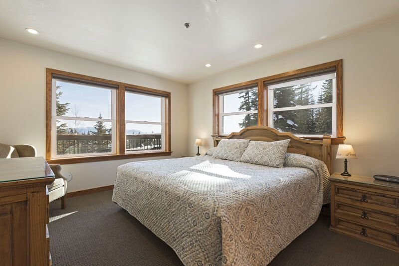 Some of the best direct ski access on the mountain!! 2 bedroom with beautiful va, holiday rental in Polebridge