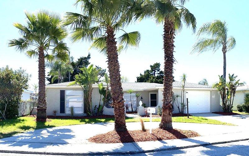 �Just remodeled private fenced screened pool 3 bedroom . Look inside !!!!, alquiler de vacaciones en Port Richey