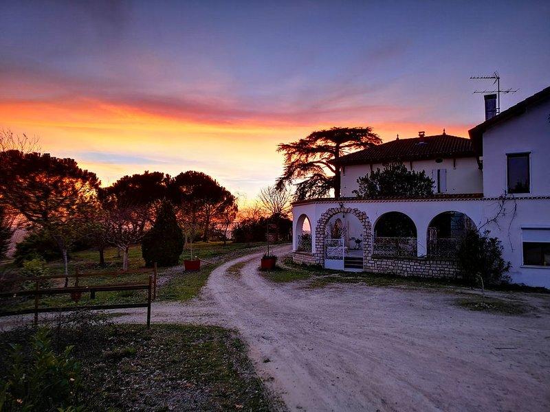 Gite de charme 3 épis 'Le créspuscule' avec sa vue panoramique incomparable, vacation rental in Gers