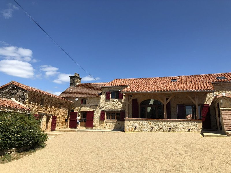 Rustic Farmhouse with Private Pool And Tennis Court, holiday rental in Montcabrier