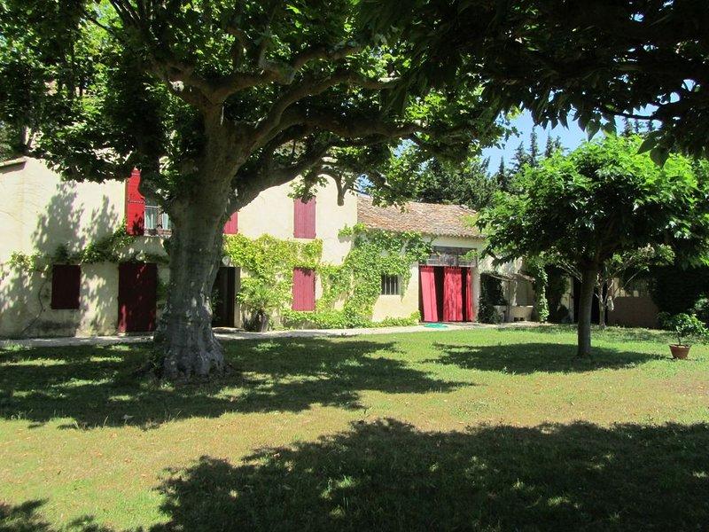 Mas provencal avec piscine , proche Avignon,  Isles sur Sorgues et Mont Ventoux, vacation rental in Monteux