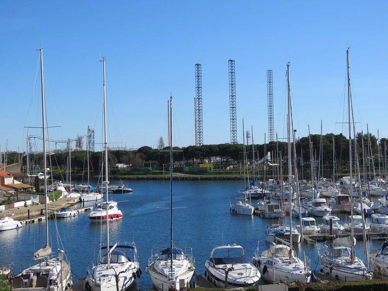 Appartement lumineux 58 m² + terrasse 5 m² vue sur port et marina WIFI TNT, holiday rental in Cap-d'Agde