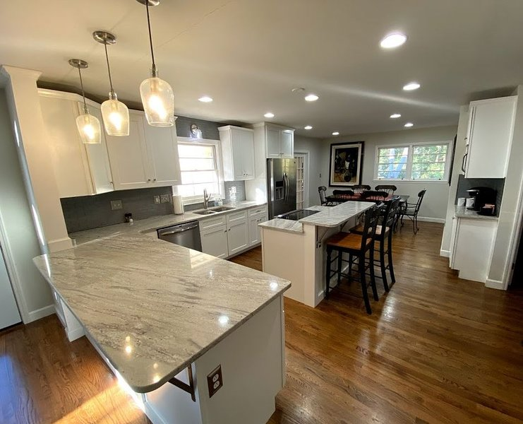4 Bed 3 Bath Renovated w/Pool 2 miles from Sanford Stadium/Downtown, casa vacanza a Athens