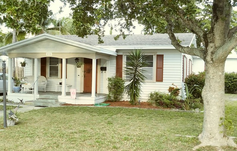 (NEW LISTING) Historic 2/B House in Old Pompano Beach, holiday rental in Coconut Creek