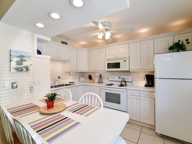 Best of both worlds!  The beach and an intercoastal pool & tiki hut, holiday rental in Sarasota