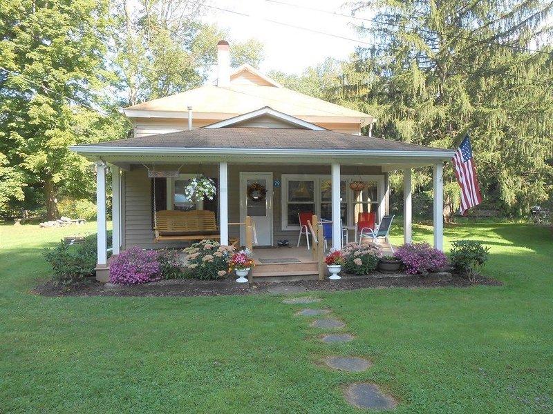 Charming cottage steps away from Pine Creek!, location de vacances à Wellsboro