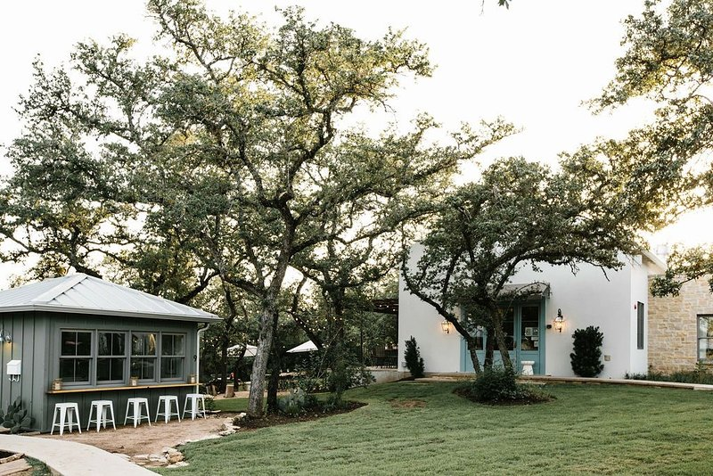 Luxury Retreat   Saltwater Pool   Farm to Table Cafe, holiday rental in Bee Cave