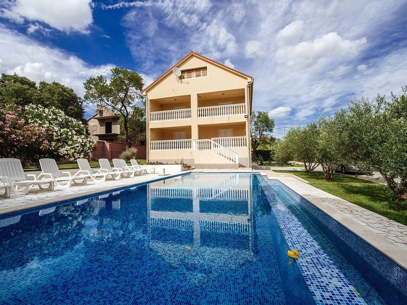 Spacious holiday home with private infinity pool, superb garden, terrace, BBQ,, holiday rental in Polaca