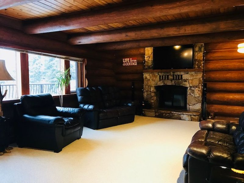 Beautiful Hand-Built Log Home on Kootenay Lake. 3 bedroom, 2 bath, 1 king & 2 qu, aluguéis de temporada em Balfour