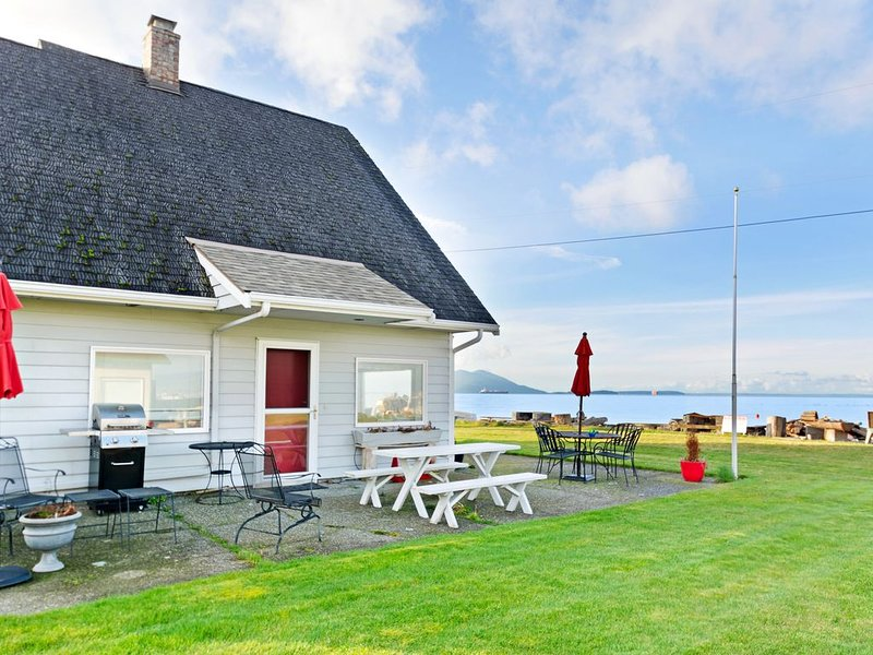 Waterfront home w/ a firepit, boat launch, buoy, & two bikes on Samish Island, alquiler de vacaciones en Mount Vernon