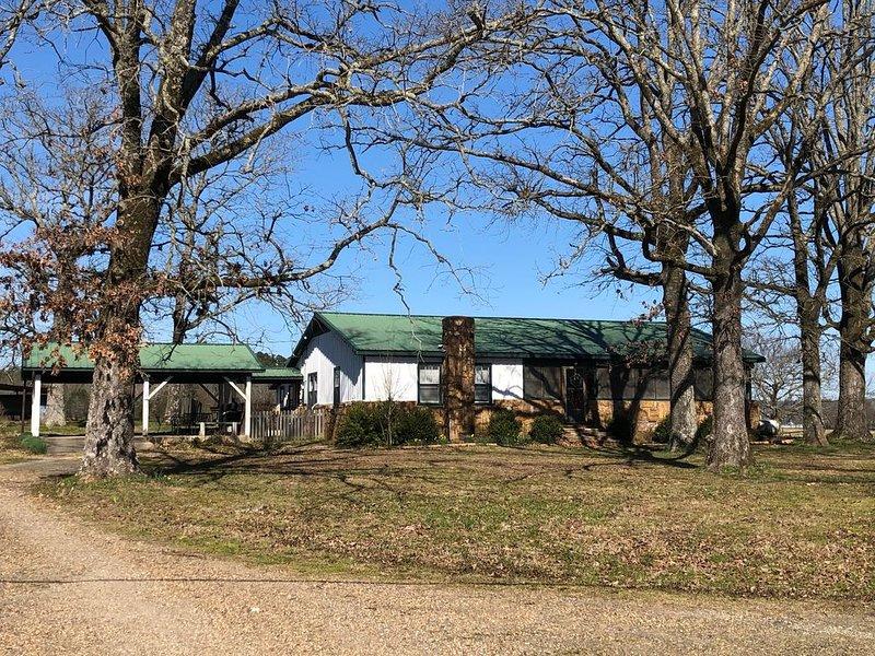 Ouachita Mountains Farmhouse on 300+ acres with Free WiFi, holiday rental in Pencil Bluff