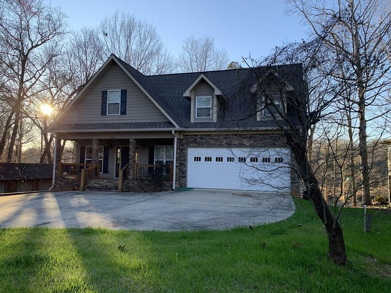Lake Front Home. 3 Large Living Spaces. Screened Porches. Pet Friendly. – semesterbostad i Lavonia