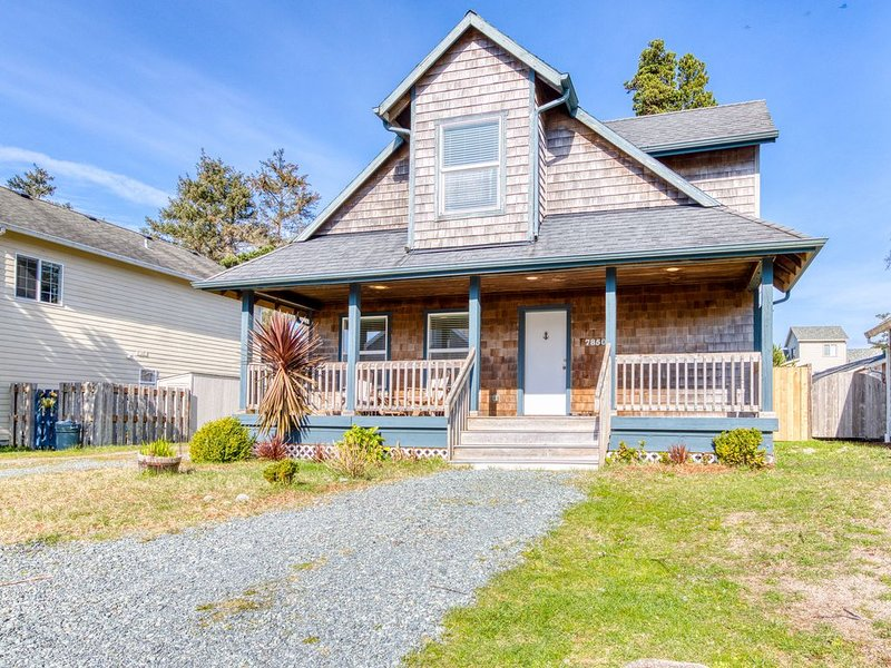 Modern dog-friendly house w/ private hot tub, gas fireplace, & free WiFi!, holiday rental in Garibaldi