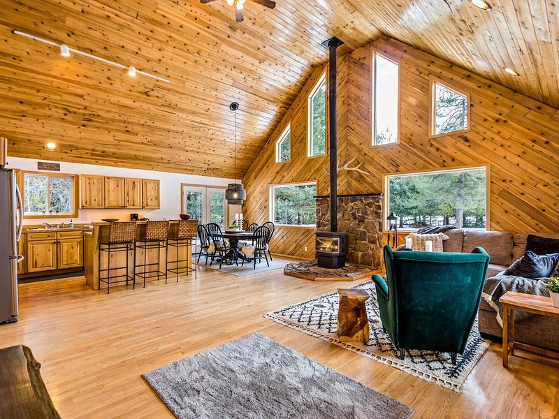 Beautiful, dog-friendly home w/private hot tub, large deck, and gas grill!, holiday rental in Colburn