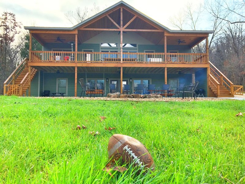 New Luxury Home in Woods w/ Private Access to the Meramec River and Gravel Bar, vacation rental in Steelville