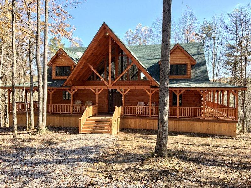 Rose Ridge -New 8BR/5.5BA Luxury Log Cabin on 25 Acres - Walk to Old Man's Cave!, location de vacances à Gibisonville